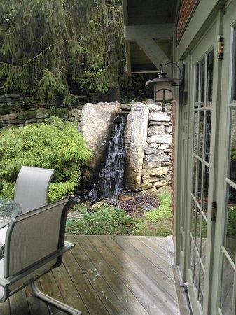 Bittersweet Cottage & Suite: Waterfall alongside cottage, koi pond past bridge.