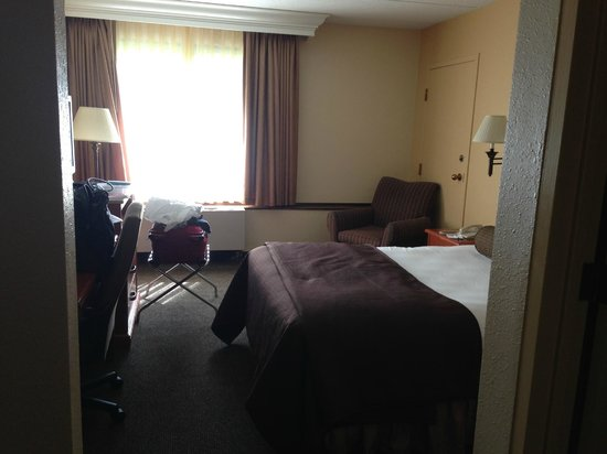 Ramada Plymouth Hotel and Conference Center: room with queen bed