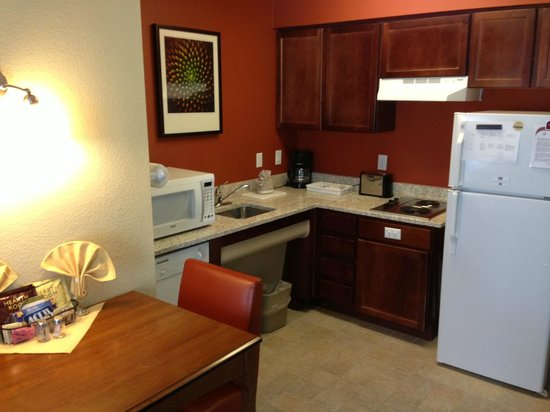 Residence Inn Tucson Williams Centre: Kitchenette, nicely appointed.