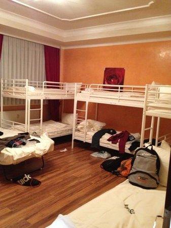 Aga's Hotel: 10 persone in 10 metri...nemmeno in caserma!