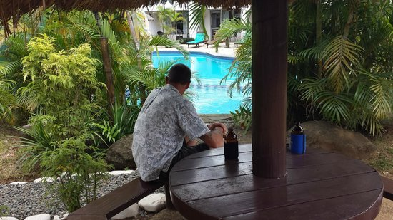 Capricorn Fiji Hotel : Relaxing Poolside
