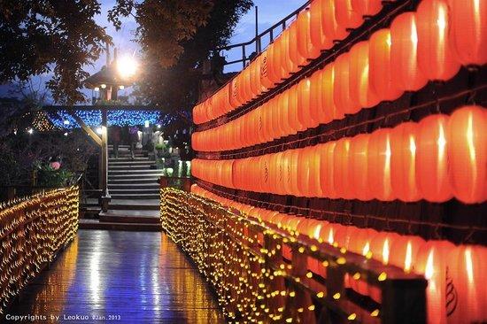 Tangyue Hot Springs Resort: 紅燈籠木棧道