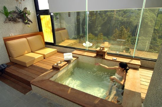 Tangyue Hot Springs Resort: 客房湯屋與山景