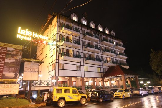Iris House Hotel: Hotel during Night