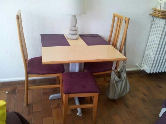 Motel Capsol : il tavolino