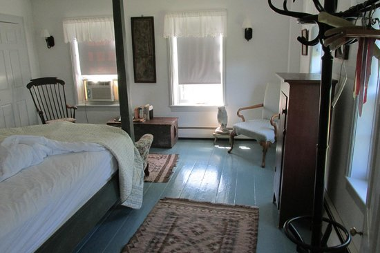Blue Skye Farm: light and airy upstairs bedroom