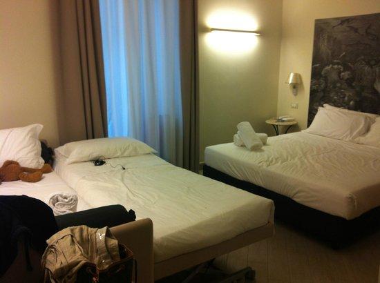 Hotel San Pietro Palace: habitacion, supuestamente para cuatro personas, no se podía pasar