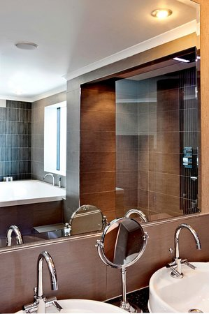 The Glasshouse, Autograph Collection: Glenfarclas Suite bathroom