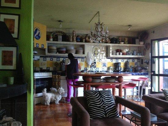 Licha preparando el desayuno, Casa Cinco Patios