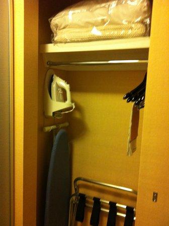 Hampton Inn & Suites- San Luis Obispo: Hampton Inn San Luis Obispo Standard Room Closet