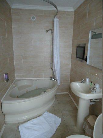 Ascot Hotel: Bathroom
