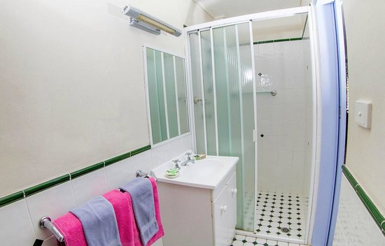 Ocean Paradise Holiday Units : Deluxe Couple bathroom