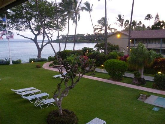 Napili Surf Beach Resort : View from our apartment, the lawn and the ocean.