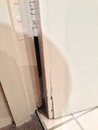 Mercure North Melbourne: broken dirty door