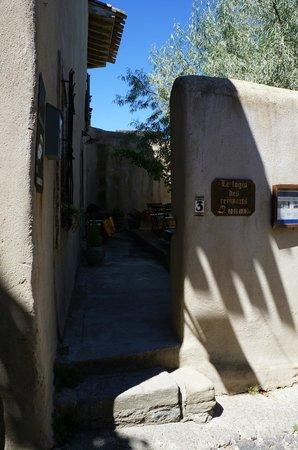 Les Logis des Remparts: Вход в отель