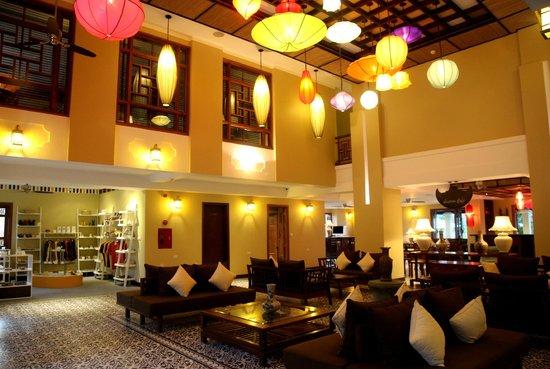 Essence Hoi An Hotel & SPA: Lobby & souvenir shop with lantern decoration