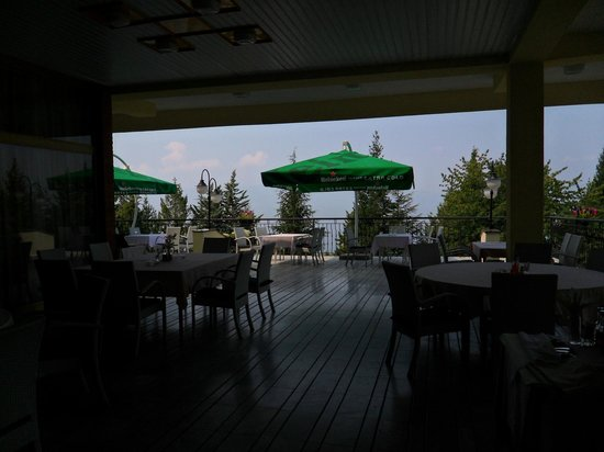 Hotel Metropol: part of the outside diner with a lake view