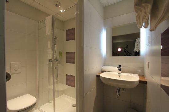 Ibis Styles Castres: Salle d'eau agréable et fonctionnelle