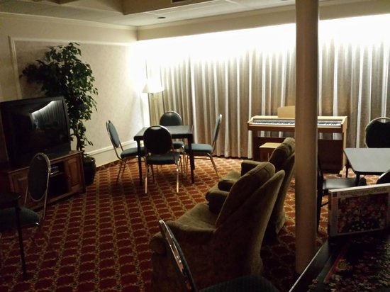 Royal Scot Hotel & Suites: Games room? Dominoes anyone?