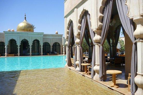 Palais Namaskar: la piscine principale et le bar