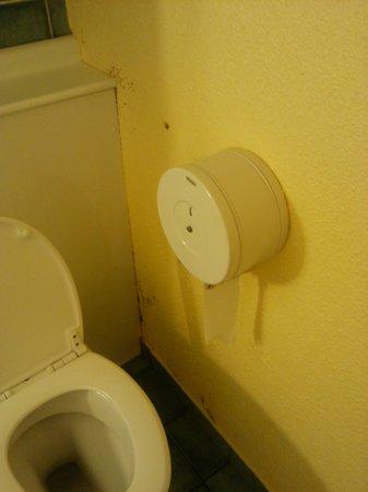 Campanile Woippy : traces de marron sur les murs