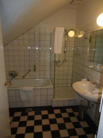 Altes Pfarrhaus Beaumarais: Wanne und Dusche der Suite