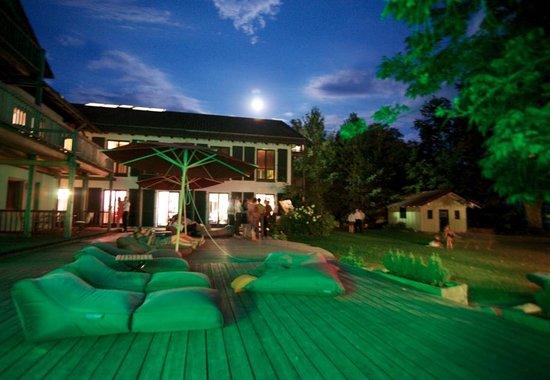 Hotel Chiemgauhof: Das Sonnendeck vom Pool aus
