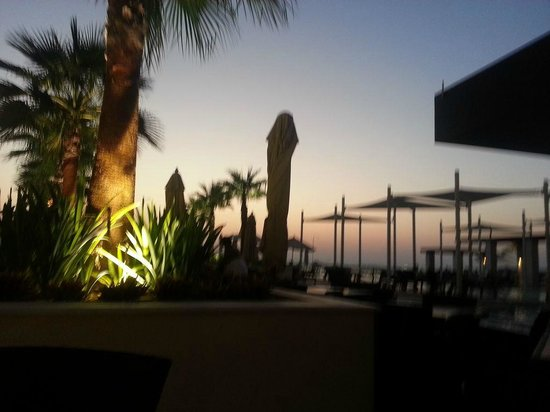 Crowne Plaza Abu Dhabi - Yas Island: Pool bar at sunset