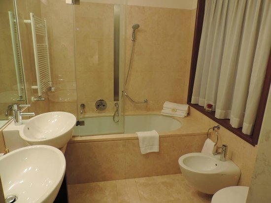 Hotel Palazzo Giovanelli : Double sink and bathtub