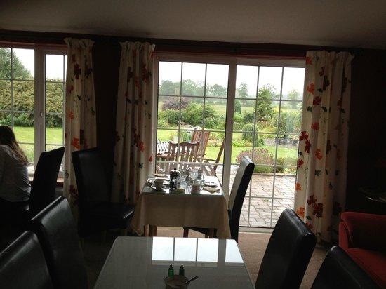 Willowbrook Bed & Breakfast: El comedor con vistas al jardin