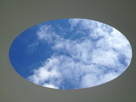 Tremenheere Sculpture Gardens: The view of the sky through the elliptical chamber