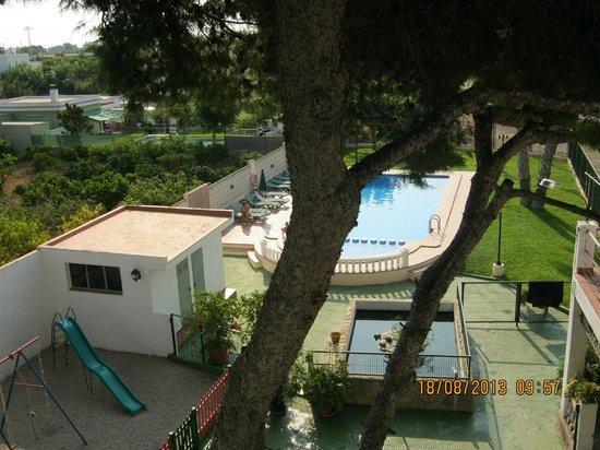 Hotel Sol: vue de la chambre sur la piscine