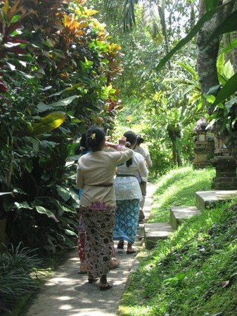 Melati Cottages : local  women doing a hinducleansing ceremony