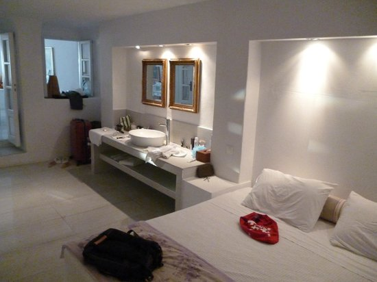 La Maltese Estate Villa: master suite sleeping area