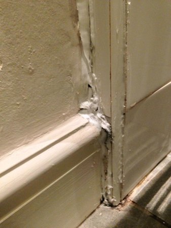 Best Western Lamphey Court Hotel & Spa: Poor silicon sealing again