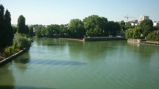 Kyriad Prestige Joinville Le Pont: The River