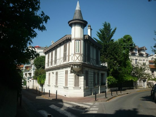 Kyriad Prestige Joinville Le Pont: Building in town