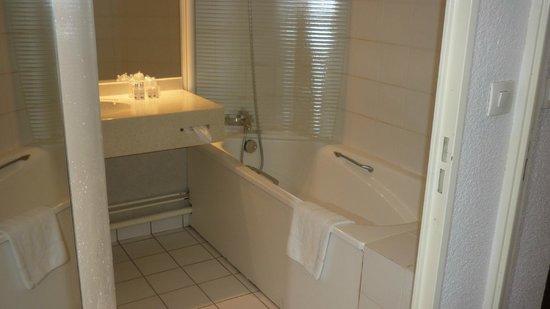 Kyriad Prestige Joinville Le Pont: Bathroom