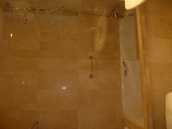 Hotel Roger De Lluria Barcelona: Bathroom