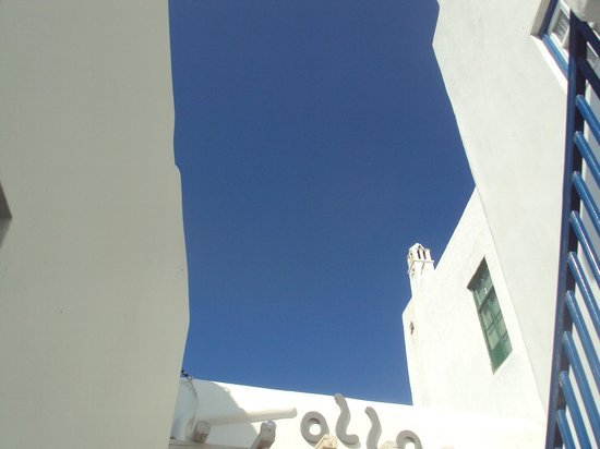 Olla Mykonos: View up from the outdoor seating area