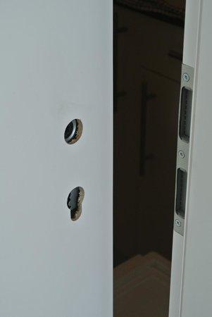 Bedpark Stellingen: Porta della cucina con serratura ma senza maniglia!