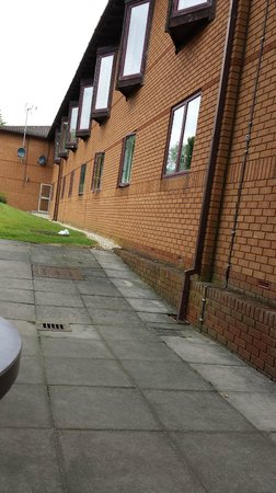 Mercure Milton Keynes Abbey Hill: Possible Step-Free Access To Disabled Rooms - Paved area to far door could be extended.