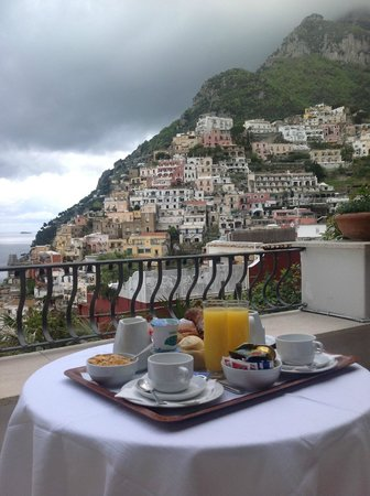 Villa Rosa : breakfast on one cloudy morning