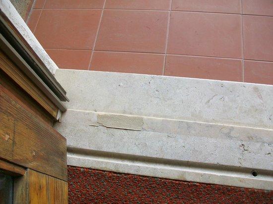 Hotel Parque do Rio: baufälliger Balkon