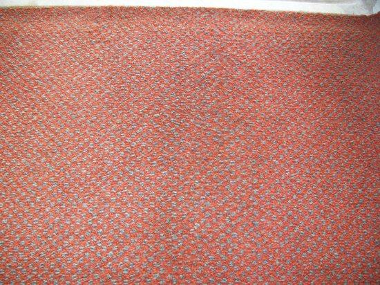 Esposende, Portugal: total abgenutzter Teppich (in echt noch ekliger als hier am Foto zu sehen)