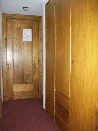 Hotel Parque do Rio: Zimmereingang mit sehr altem Holzkasten (muffig)