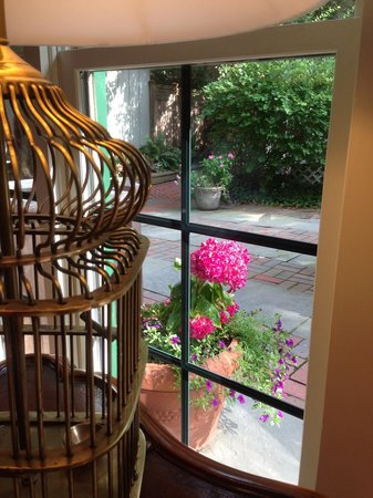 The Bellmoor Inn and Spa: Beautiful view of the quiet garden