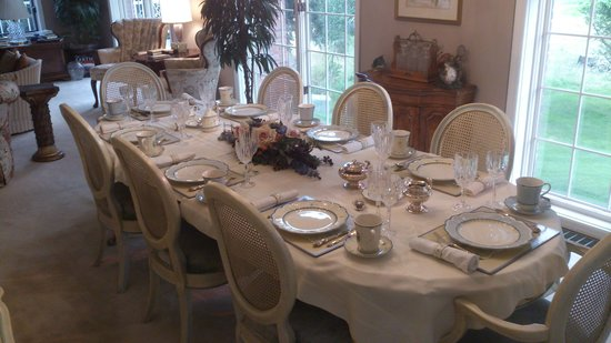 Toad Hall Manor Bed and Breakfast: Breakfast table