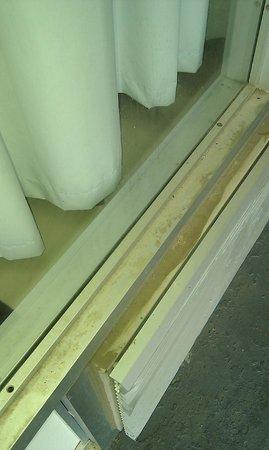 Days Inn Natchez: fenêtre et extérieur rempli de poussière