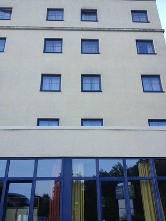 Holiday Inn Express Frankfurt-Airport: Clean Budilding Structure